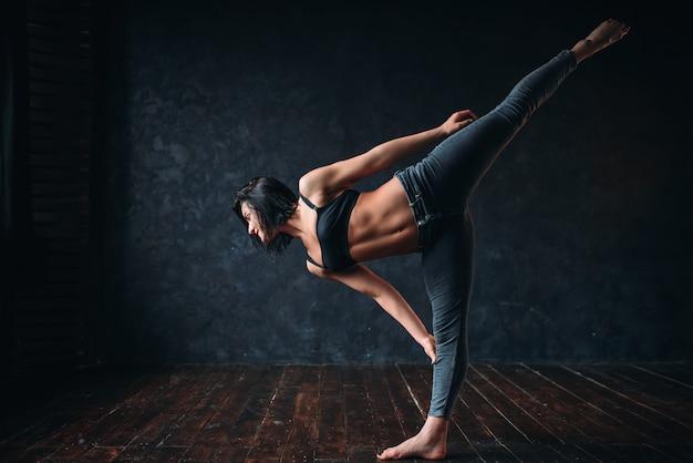 Flexibilité corporelle, danse de style contemporain en cours de danse. danseuse pose en studio