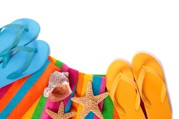 Flip flops et objets de plage d'été isolés sur fond blanc