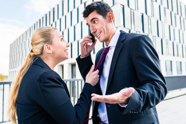 Flirter au travail - femme taquinant l'homme