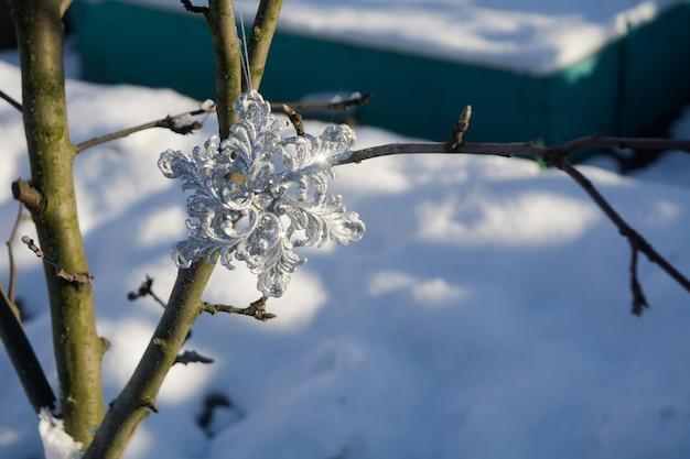 Flocon de neige argenté sur neige
