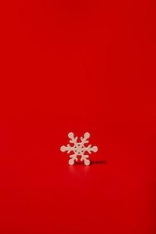 Flocon de neige en bois sur table rouge
