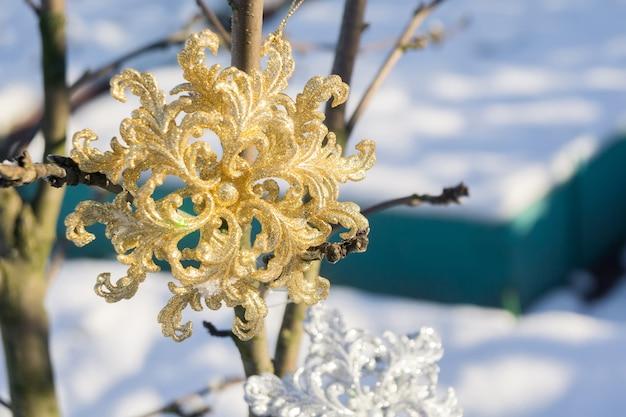 Flocon de neige doré sur neige