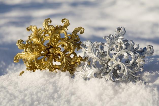 Flocon de neige or et argent sur neige