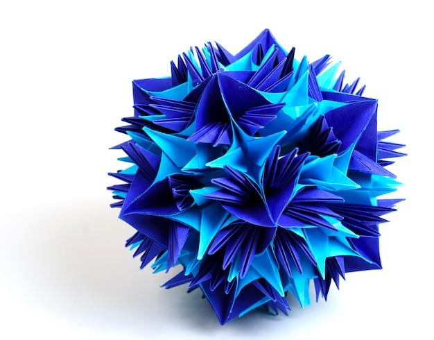 Flocon de neige unité origami coloré isolé sur fond blanc