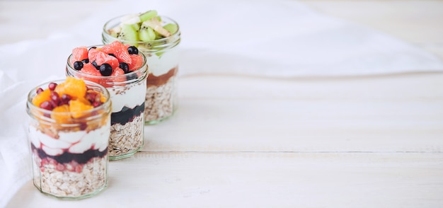 Flocons d'avoine aux fruits et céréales dans un bocal en verre