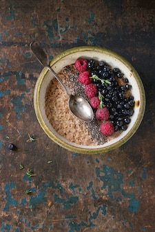 Flocons d'avoine avec des baies et des graines de chia