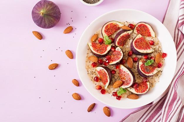 Flocons d'avoine délicieux et sains avec des figues, des amandes et des graines de chia. petit-déjeuner sain. nutrition adéquat. mise à plat. vue de dessus.