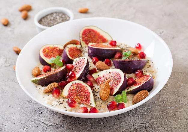 Flocons d'avoine délicieux et sains avec des figues, des amandes et des graines de chia. petit-déjeuner sain. nutrition adéquat.