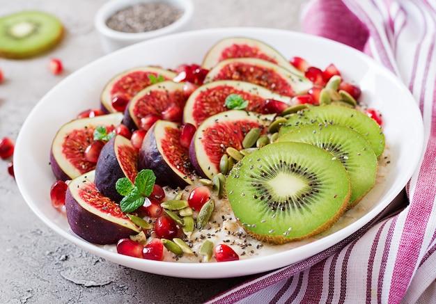 Flocons d'avoine délicieux et sains avec des figues, du kiwi et de la grenade.