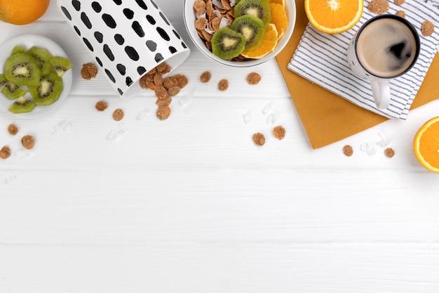 Flocons de blé entier aux fruits orange et kiwi et noix de coco