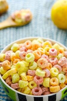 Flocons de céréales dans un bol avec espace copie, concept de petit-déjeuner. nourriture avec un délicieux goût fruité et des couleurs fruitées