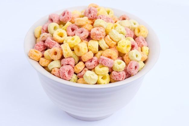 Flocons de céréales dans un bol sur fond blanc