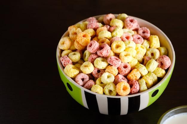 Flocons de céréales dans un bol sur la table