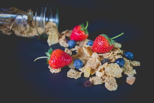 Flocons de céréales à grains entiers mélangés de baies et de raisins secs