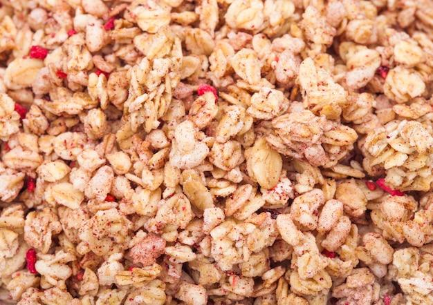 Flocons de céréales granola frais bio avec texture macro fruits
