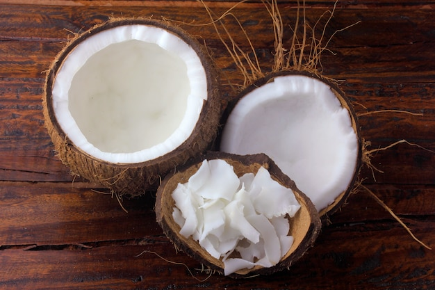 Flocons et copeaux de noix de coco frais placés dans de l'écorce