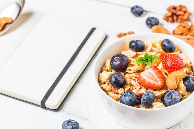 Flocons croquants avec des myrtilles et divers yaourts pour un petit-déjeuner sain