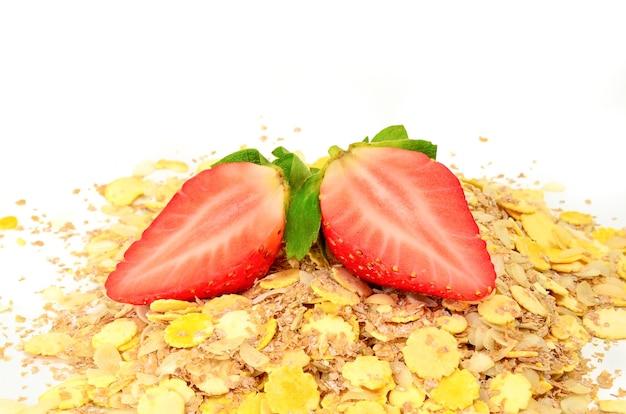 Flocons de fraises fraîches sur une surface blanche.