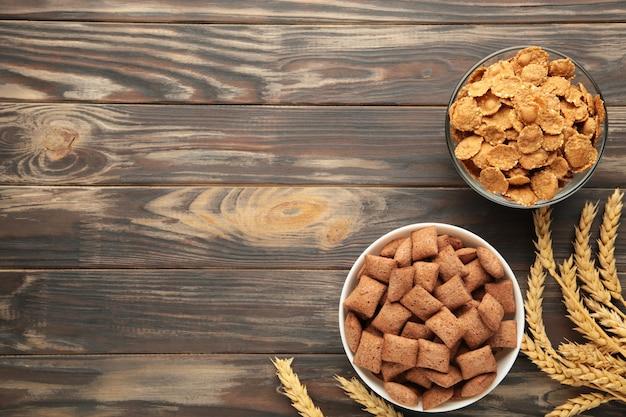 Flocons de maïs croustillants sur fond marron.