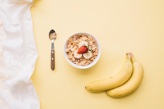 Flocons de maïs avec des fruits dans un bol
