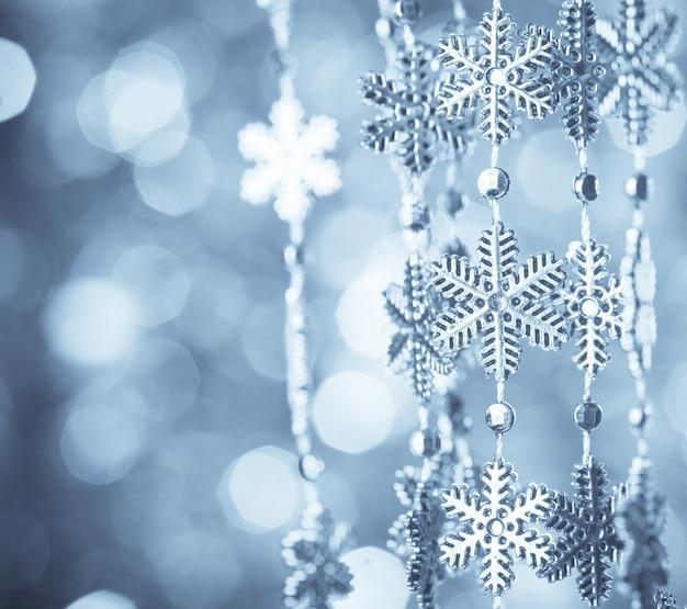 Flocons de neige bleus sur l'arrimage sur fond flou