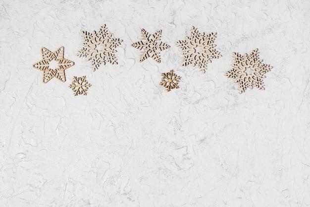 Flocons de neige en bois sur fond de paillettes,