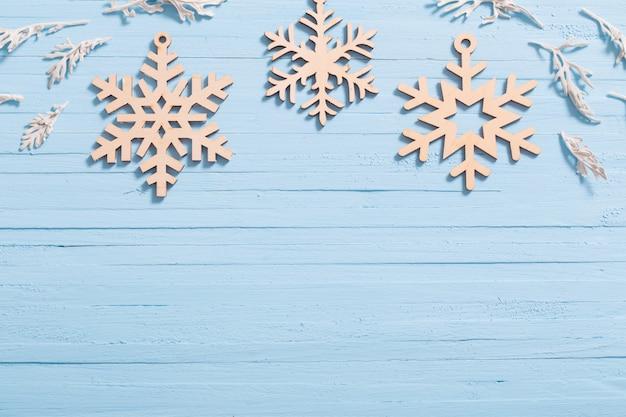 Flocons de neige en bois sur mur bleu
