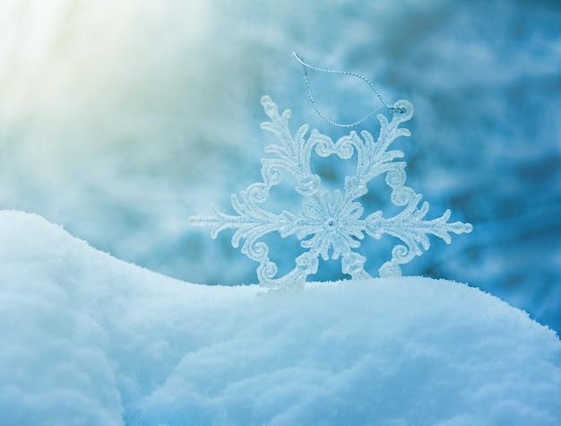 Flocons de neige dans une congère