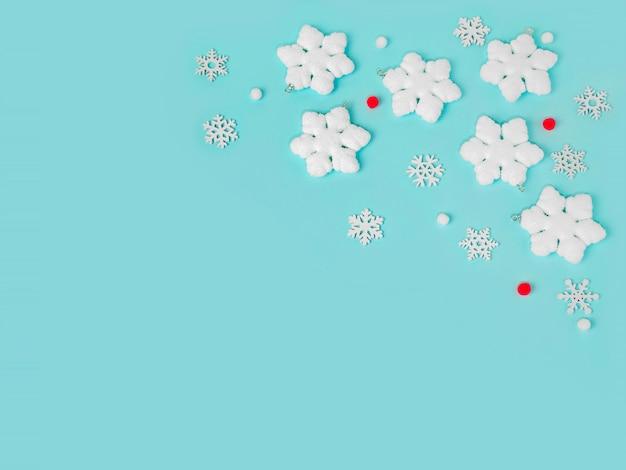 Flocons de neige sur fond bleu clair couleurs pastel espace de copie de composition de vacances de noël