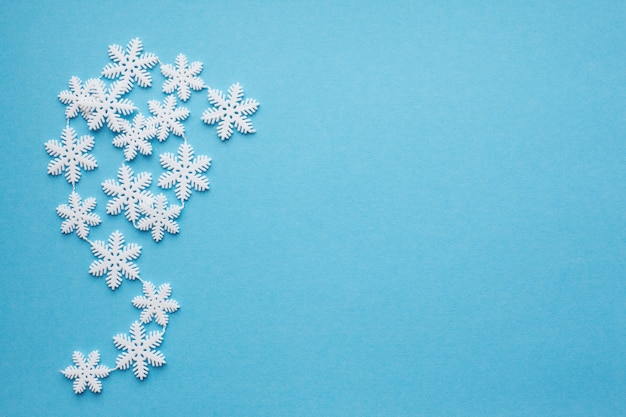 Flocons de neige sur fond bleu avec la place pour le texte.
