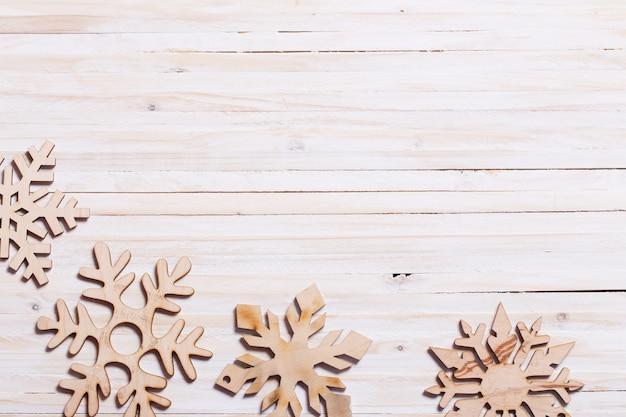 Flocons de neige sur fond de bois