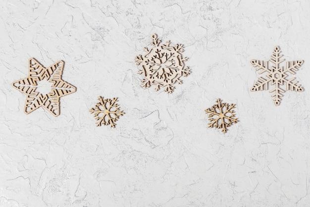Flocons de neige de noël sur fond brillant. lay plat. vue de dessus.
