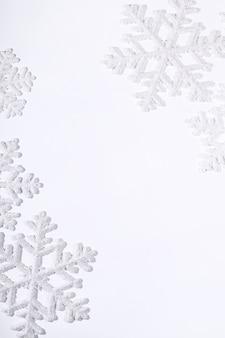 Flocons de neige sur une surface blanche