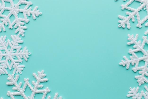 Flocons de neige sur la surface bleue