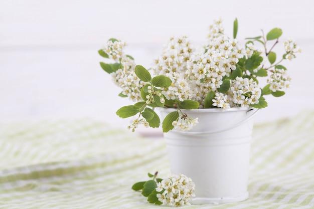 Floraison de branches dans un vase sur une texture en bois. wabi sabi à la japonaise. décoration de maison