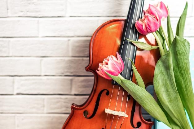 Floraison de tulipes malodorantes avec des bourgeons ouverts