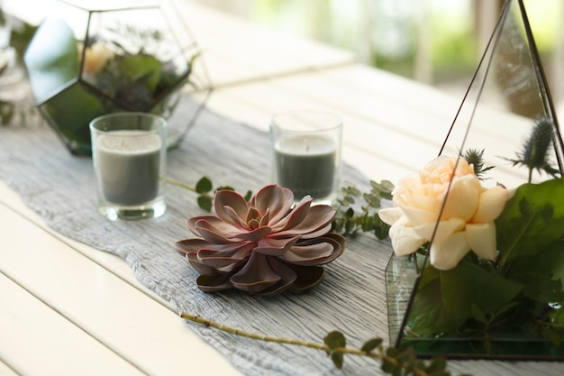 Florarium avec décoration de table de fête de fleurs succulentes et roses fraîches