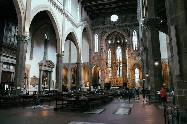 Florence, italie - 24 juin 2018 : la vue panoramique de l'intérieur de la basilique de santa croce (basilique de la sainte croix) est l'église franciscaine de florence et la basilique mineure de l'église catholique romaine