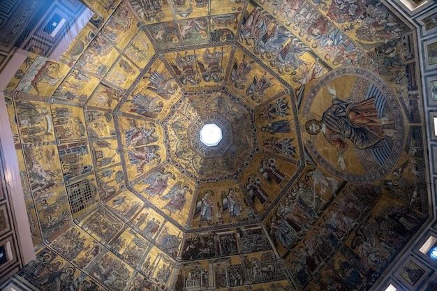 Florence, italie - 24 juin 2018 : vue panoramique de l'intérieur du baptistère de florence (battistero di san giovanni) sur la piazza del duomo. c'est un édifice religieux et a le statut de basilique mineure