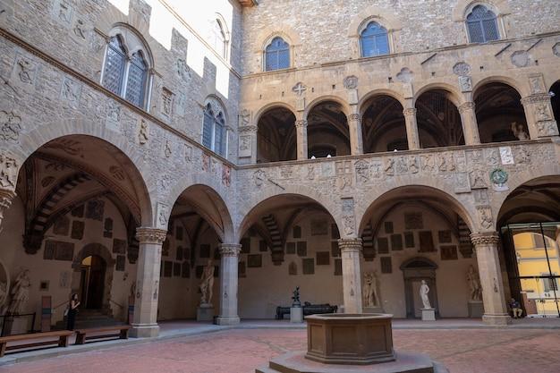 Florence, italie - 24 juin 2018 : vue panoramique de l'intérieur du bargello, également connu sous le nom de palazzo del bargello, museo nazionale del bargello. c'est une ancienne caserne et prison, maintenant un musée d'art
