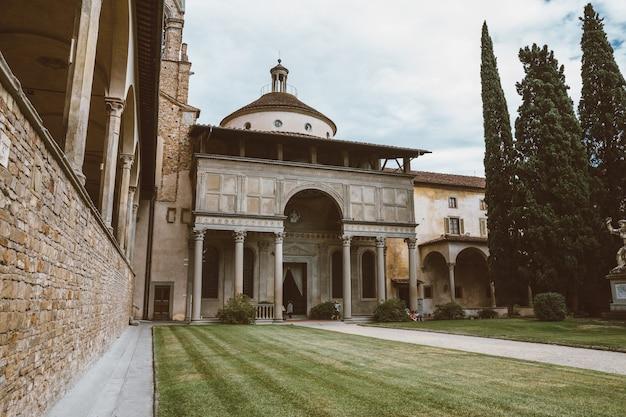 Florence, italie - 24 juin 2018 : vue panoramique sur le jardin intérieur de la basilique de santa croce (basilique de la sainte croix) est l'église franciscaine de florence et la basilique mineure de l'église catholique romaine