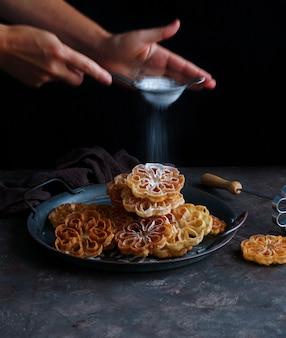 Flores de carnaval ou flores manchegas crocantes, biscuits espagnols et scandinaves pour noël et pâques