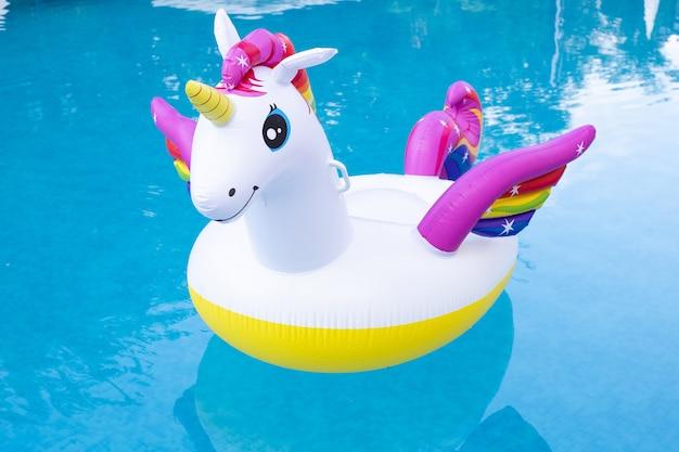 Flotteur de piscine licorne dans la piscine