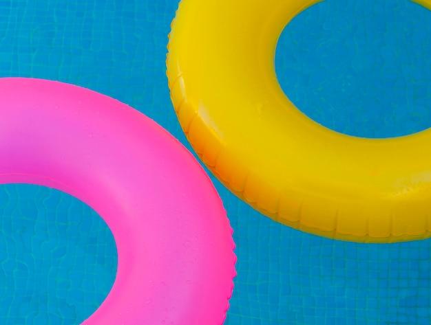 Flotteurs colorés sur une piscine