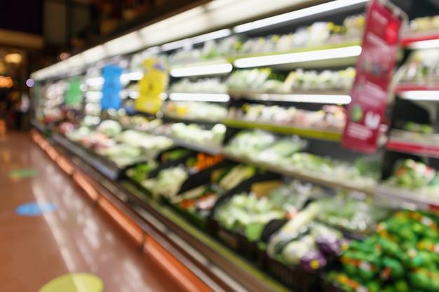 Flou abstrait fruits et légumes frais biologiques sur les rayons des épiceries en magasin de supermarché fond clair bokeh défocalisé