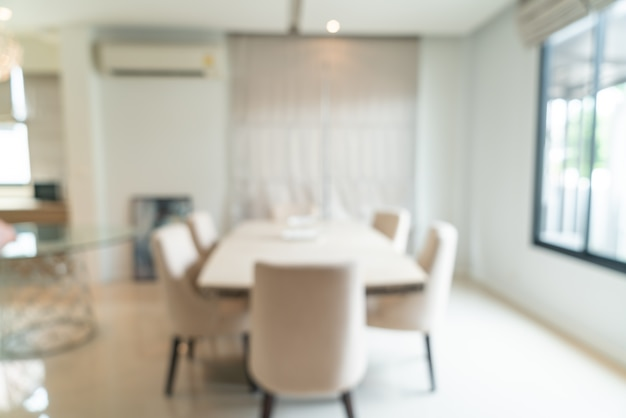 Flou abstrait et table à manger défocalisée dans la salle à manger pour