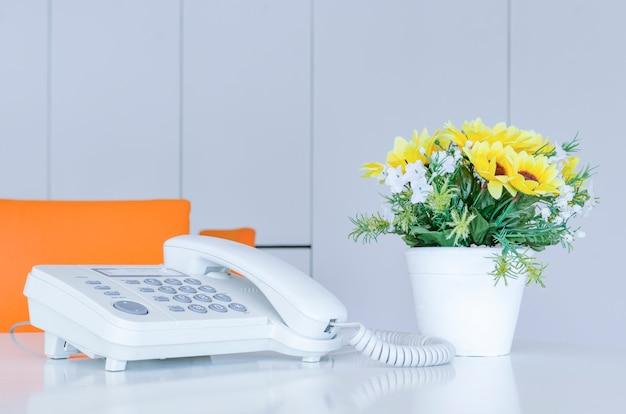 Flou artistique sur les appareils téléphoniques au bureau avec effet lumineux