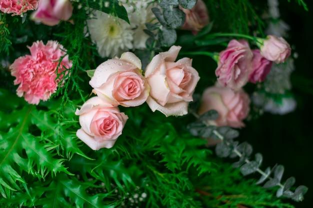 Flou artistique de beau bouquet de rose aux feuilles vertes