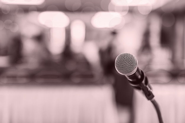 Flou artistique du microphone principal sur la scène d'une réunion ou d'un événement d'éducation