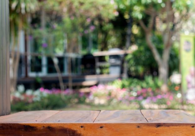 Flou artistique de la table en bois sur la nature
